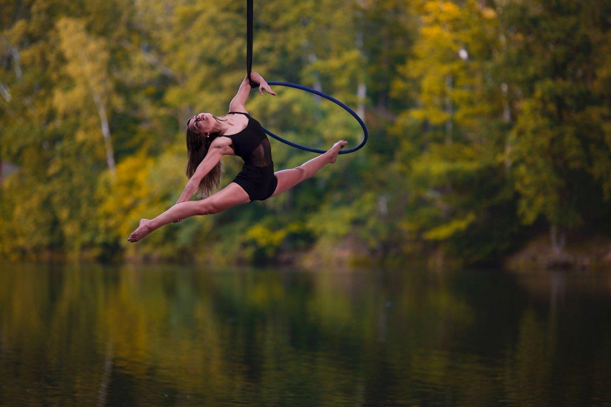 VZDUŠNÁ AKROBACIE: Aerial hoop, Aerial loops (solo, duo)