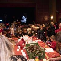 Výroba vánočních stromků ze šišek
