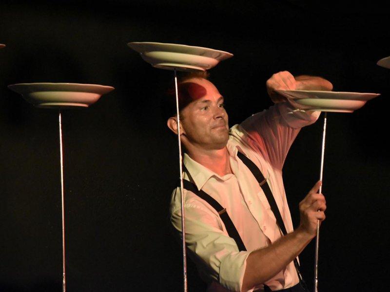 Žonglování a točení s porcelánovými talíři
